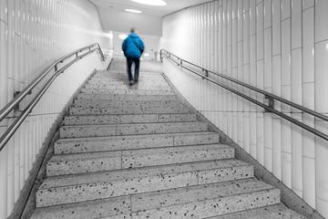 laufender Mann auf Treppe