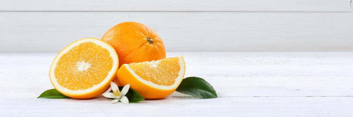 Frische Orangen Orange Frucht Früchte Banner Textfreiraum Holzbrett