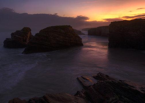 Solitario amanecer en la playa de As Catedrais