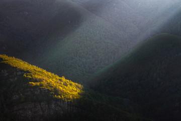 Un rayo de luz atraviesa las montañas