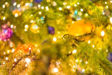 Weinachtskugeln am Weihnachtsbaum mit Beleuchtung