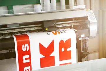 Digitaldrucker druckt auf Klebefolie / Werbetechnik
