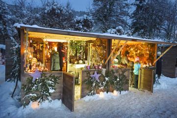 Weihnachtsmarkt in Bayern mit romantischen Holzbuden im Schnee Wall mural