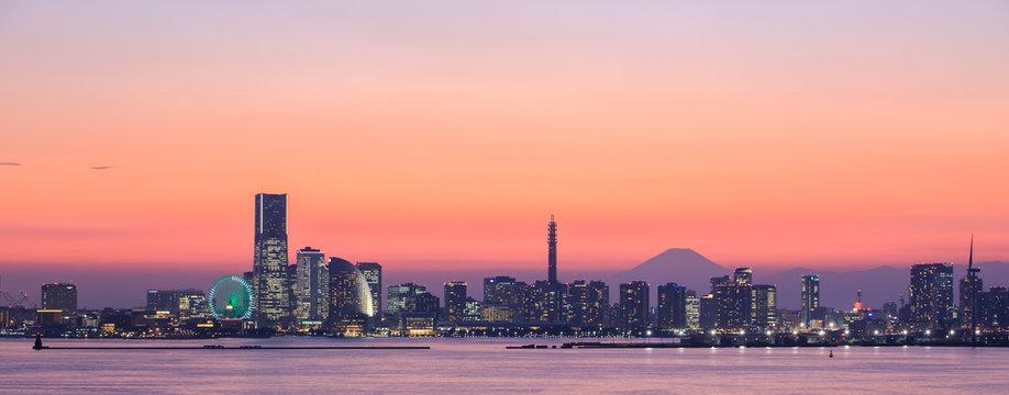 横浜市鶴見区大黒町から夕焼けのみなとみらいと富士山