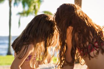 crianças brincando na lagoa