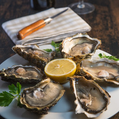 Poster Coquillage Oysters and white wine on wood background seafood