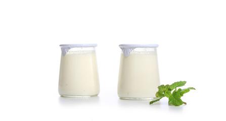 yaourt sur fond blanc
