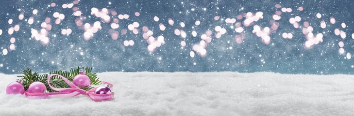 Weihnachtlicher Hintergrund, Kugeln und Tanne im Schnee vor Bokeh, Banner