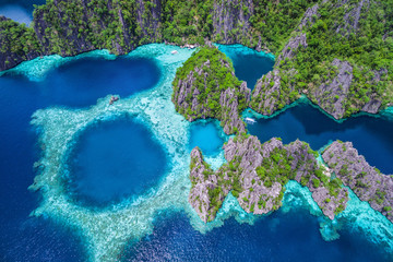 Photo sur Plexiglas Vue aerienne Coron, Palawan, Philippines, aerial view of beautiful lagoons and limestone cliffs.