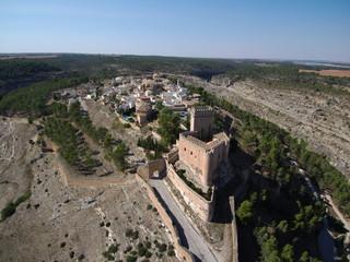 Alarcon desde un drone, villa historica en Cuenca, Castilla la Mancha, España