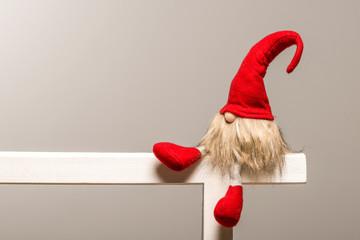 Sitzender weihnachtlicher roter Wichtel aus Wintermärchen als Vorlage