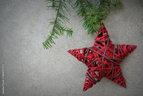 étoile De Norl Rouge En Bois Dans Branche De Sapin Déco Stock