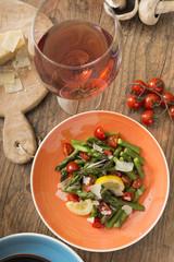 Grüner Spargelsalat mit Tomaten
