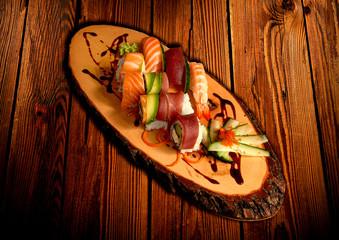 Sushi mit lachsrollen