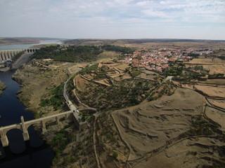 Alcantara desde el aire. Alcántara es un municipio español, en la provincia de Cáceres, Comunidad Autónoma de Extremadura. Está situado en la orilla izquierda del río Tajo, en su confluencia con el rí