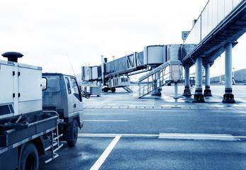 Airport boarding bridge