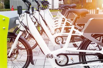 E-Bikes laden Akkus an Ladestation / Pedelecs