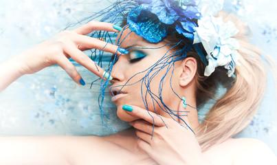Образ девушки в синим цвете макияжа и ногтей.