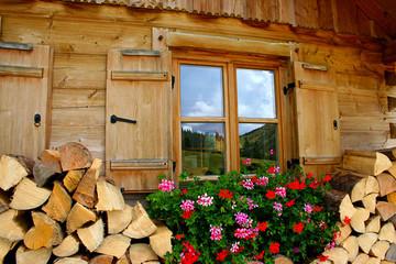 Hausseite mit Fenster einer Hütte aus Holz