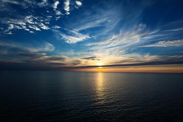Sonnenuntergang am Horizont auf dem Meer