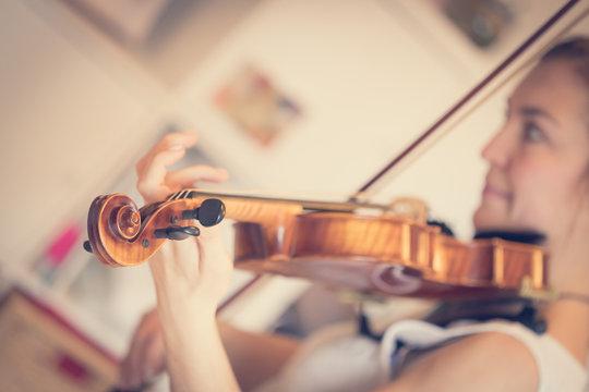 Junge Frau spielt auf Geige
