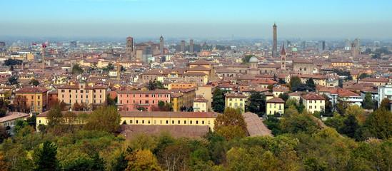 Panorama der mittelalterlichen Altstadt von Bologna mit verschiedenen Türmen