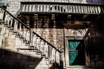 alte, gespenstische, mittelalterliche Treppe aus Stein