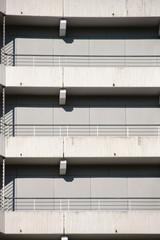 Betongeländer Parkhaus / Die verschiedenen Stockwerke und Ebenen eines Parkhauses mit Betontreppen und Betongeländer.