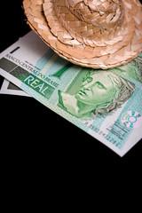 Brasilianische Geldscheine und Sonnenhut, Konzept Urlaub und Tourismus