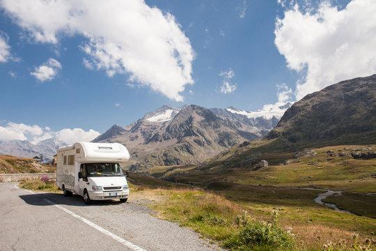 camper su strada in montagna