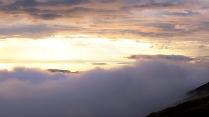 Coucher de soleil vue de la montagne, nuages