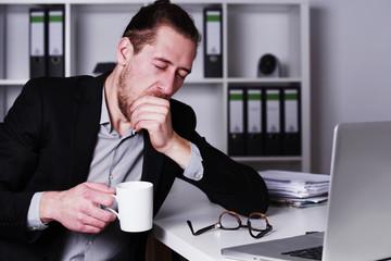 Mann spät nachts im Büro, Überstunden