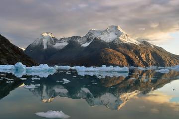 Riflesso montagne nel fiordo con Iceberg (Quoorq)