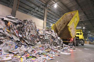 LKW kippt Altpapier zur Wiederverwendung ab - Herstellung von neuem Papier in einer Papierfabrik // Truck tips waste paper for reuse - production of new paper in a paper mill