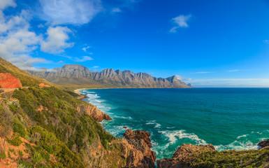 Panoramaaufnahme von der Küstenstraße vom Kap der guten Hoffnung in Richtung Kapstadt bei blauem Himmel mit einigen Wolken tagsüber fotografiert im September 2013