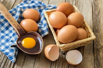 Sepet içinde organik yumurtalar