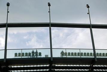 Blick aus der Froschperspektive auf die letzte Sitzreihe in einem stadionförmigen Aufbau