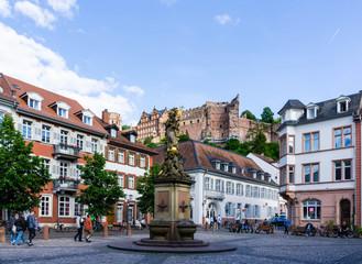 Kornmarkt-Madonna Kornmarkt Madonna in Heidelberg Springbrunnen brunnen bei blauen Himmel