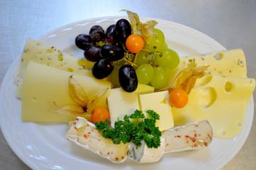 Käseteller mit Obst