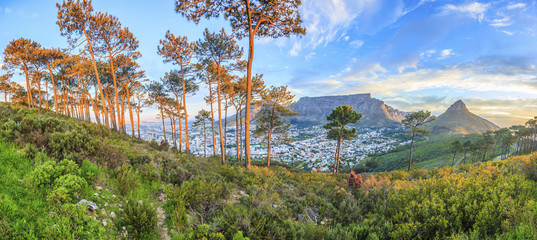 Panorama Aufnahme von Kapstadt mit Tafelberg vom Signal Hill in der Abenddämmerung mit beleuchteter City fotografiert in Südafrika im September 2013 Fotomurales