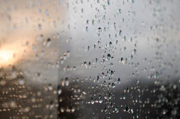 Regentropfen auf Fensterscheibe
