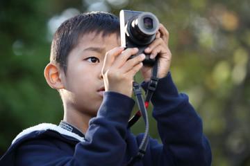 写真を撮る小学生(2年生)
