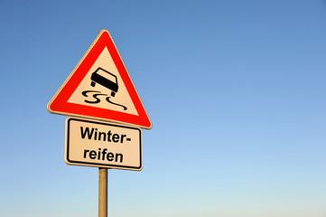 Winterreifen, Schleudergefahr, Auto, Autoreifen, Schnee, Eisglätte, Achtung, Gefahr, Winter, Reifenwechsel, symbolisch, Versicherung, Verkehrszeichen,  Wintereinbruch,