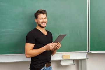 lehrer arbeitet mit tablet-pc