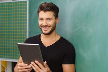 lehrer benutzt ein tablet im unterricht