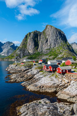 Photo sur Plexiglas Scandinavie Lofoten is an archipelago in the county of Nordland, Norway. Is known for a distinctive scenery with dramatic mountains and peaks, open sea and sheltered bays, beaches and untouched lands.