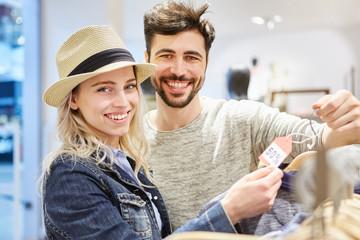 Paar beim Shopping sucht Sonderangebote
