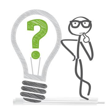 Strichmännchen grübelt und sucht nach einer Lösung - Glühbirne mit Fragezeichen