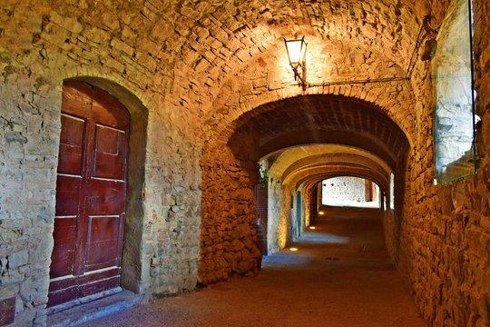 camminamento seminterrato delle antiche mura di Castellina in Chianti in provincia di Siena, Toscana Italia