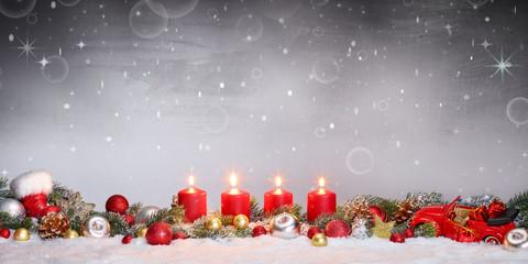 Adventsgesteck mit vier Kerzen